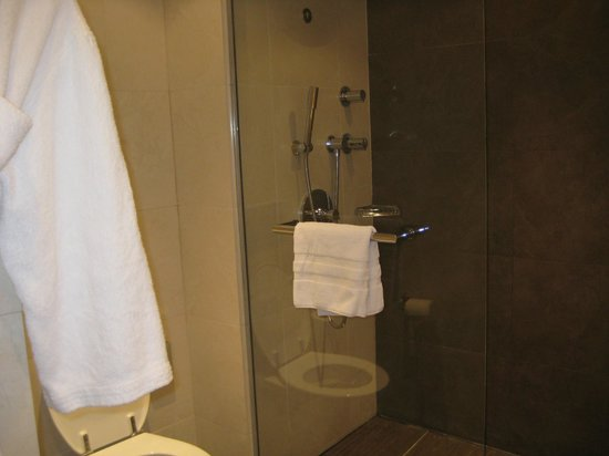 Sofitel Paris La Defense: shower and robe
