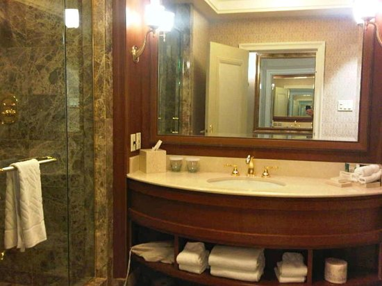 Hilton Lac-Leamy: Huge marble shower