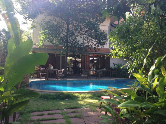 Baan Orapin Bed and Breakfast: Pool and breakfast area