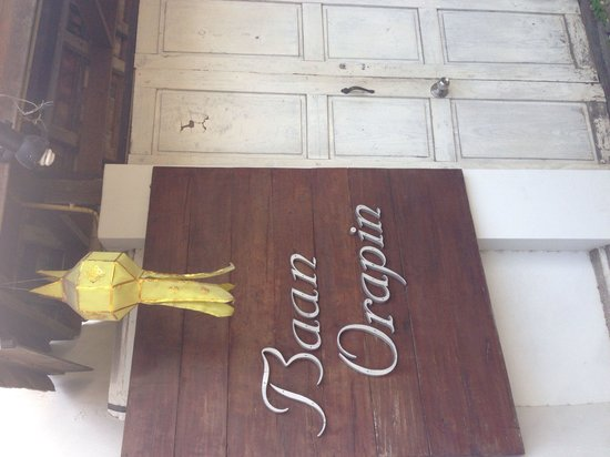 Baan Orapin Bed and Breakfast : Front gate entrance