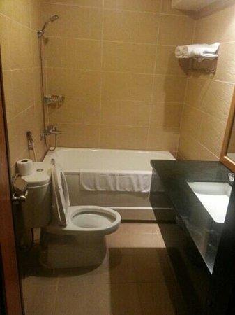Petro House Hotel: Bathroom