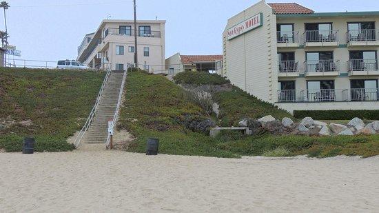 Edgewater Inn & Suites: вид на отель с пляжа(он слева)