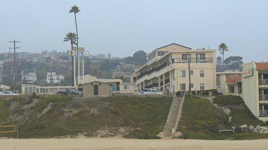 Edgewater Inn & Suites: вид на отель с пляжа