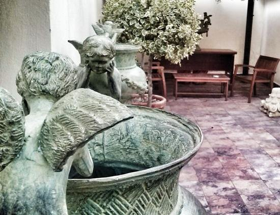 Aurelius Art Gallery Hotel: detail of the patio..