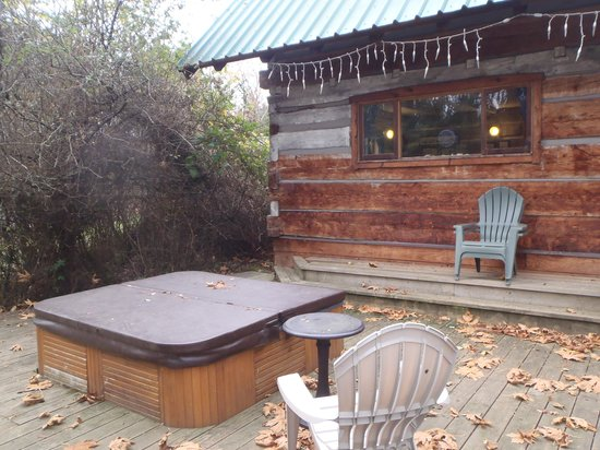 A Captain's Quarters, Galiano's 1894 Heritage Log House: The hot tub was welcomed after a long hike.