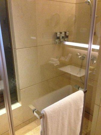 Four Points by Sheraton Guangzhou Dongpu : Bathroom
