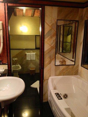 Relais Villabella : La stanza da bagno, in due locali, della Suite numero 23. In primo piano a destra, la vasca Jacc