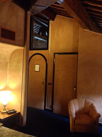 Relais Villabella: Visuale delle porte nella Suite numero 23, con tutte le pareti tappezzate in alcantara. Calda e