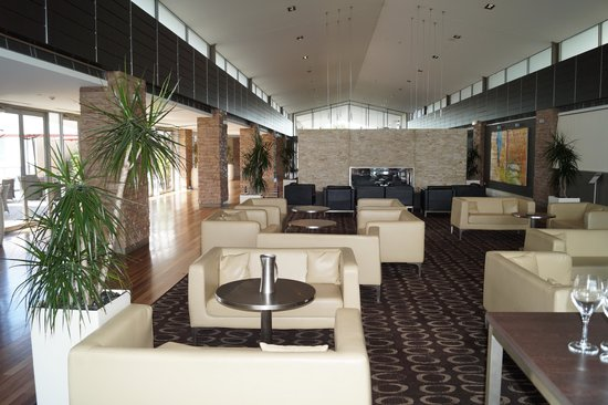 Crowne Plaza Hunter Valley: Lobby area on other side of check in