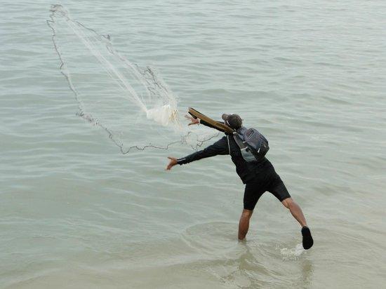 Northam Beach Cafe : Fisherman throwing nets
