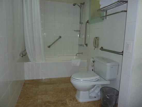 Casa Andina Premium Miraflores: Disabled access room - bathroom