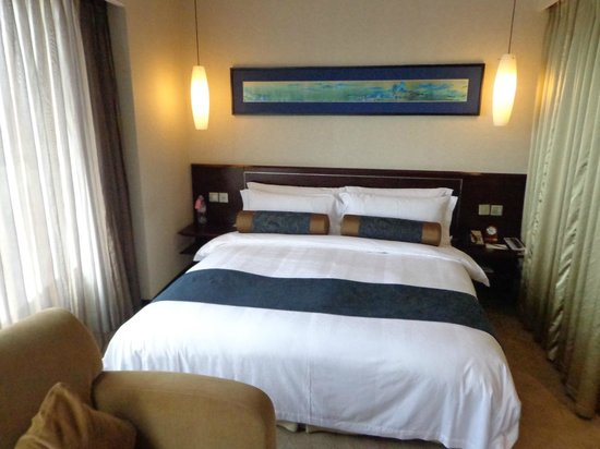 Grand Trustel Purple Mountain Hotel: comfy & wide bad with too many pillows