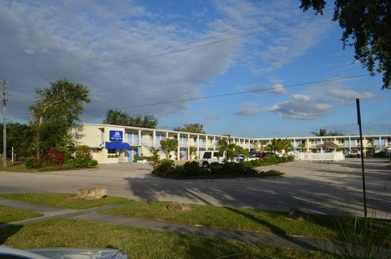 Americas Best Value Inn-Bradenton/Sarasota: Wide view of entire motel.