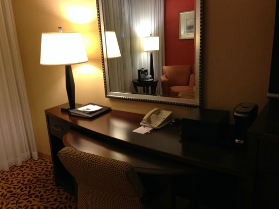 Irvine Marriott: Desk
