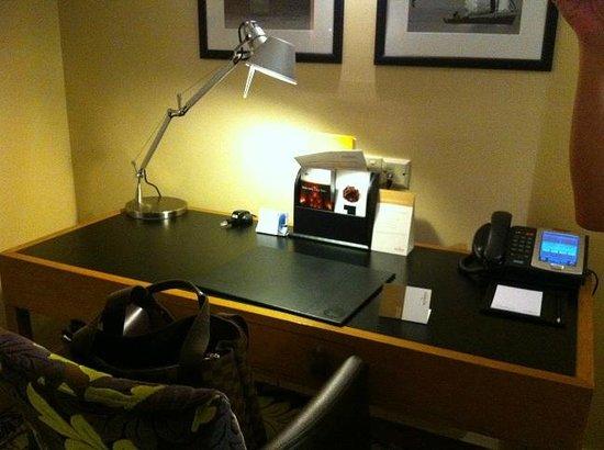 Movenpick Hotel West Bay Doha: Stationery Desk
