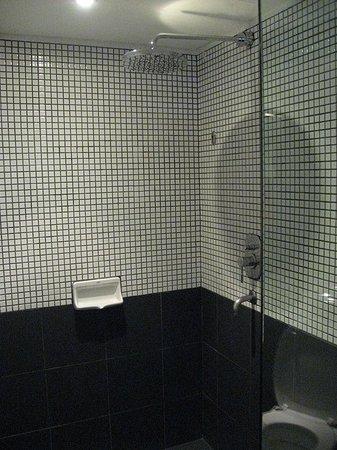Hard Rock Hotel Pattaya: Minimalist design, i.e. no bath tub