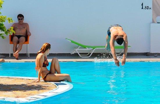 Hotel Myrtis: Оригинальный загнутый бассейн