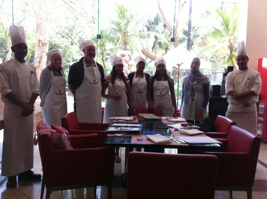 Lakeside Chalet, Mumbai - Marriott Executive Apartments: cooking class for the Guest