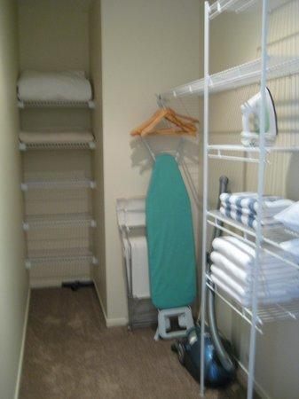 Edgewater Palms Apartments: Walk in wardrobe