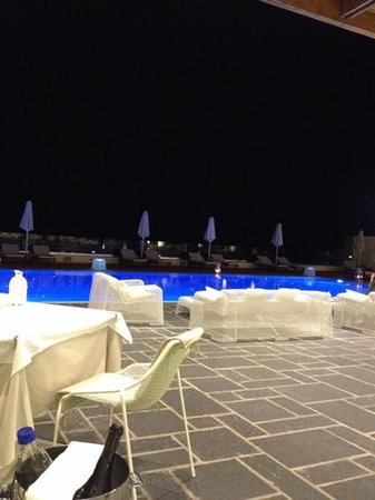 Boutique 5 Hotel & Spa: restaurant/pool area by night