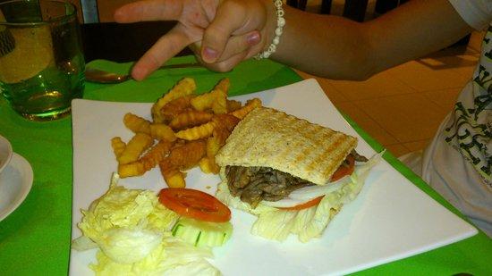 Cinnamon Restaurant & Lounge: гамбургер с говядиной