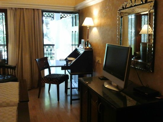 Royal Orchid Metropole Hotel: Guestroom Writing Desk