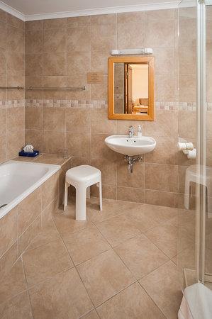 Intermezzo Guesthouse: Family Unit Bathroom