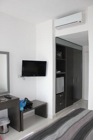 smartline Napa Tsokkos Hotel : телевизор, шкаф, холодильничек