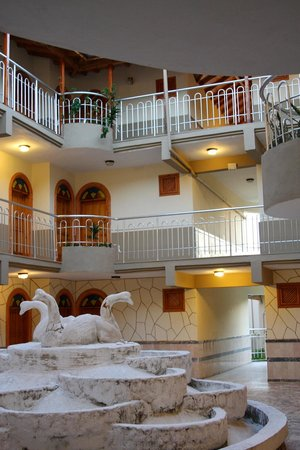 Dreamland Hotel: the entry, quiet and clean