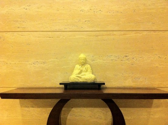 Country Inn & Suites By Carlson-Amritsar, Queens Road: A beautiful statue near the restaurant on first floor