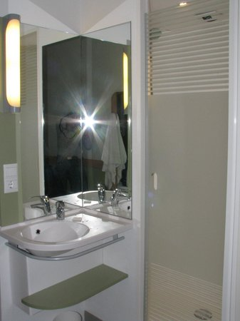 Ibis budget Malaga Centro: Sink and shower