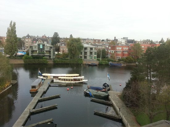 Hilton Amsterdam: Canal views from bedroom