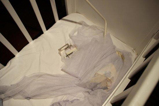 Maradiva Villas Resort and Spa: Moustiquaire effondrée dans le berceau de ma fille
