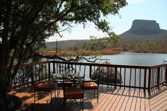 Kingfisher Lodge: Frühstückstisch auf der Terrasse