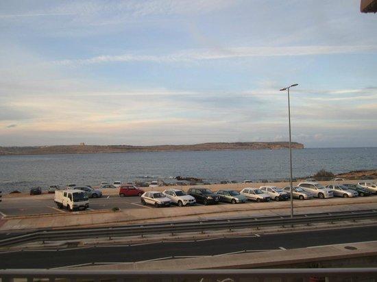 Paradise Bay Resort Hotel: Balcon coté mer, donc sur la route du ferry
