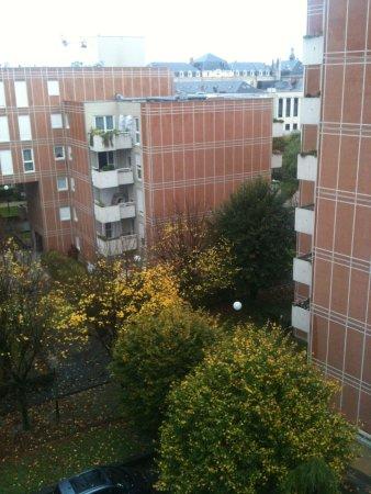 Mercure Reims Centre Cathédrale : Chambre coté cour: beaucoup plus calme que coté boulevard, donne sur des immeubles d'habitation