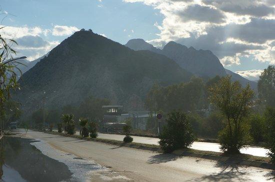 Crowne Plaza Hotel Antalya: горы недалеко от отеля