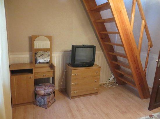 Dom Skazochnika Guest House: Номер 8 (полулюкс двухместный, двухкомнатный). Лестница на 2-ой этаж