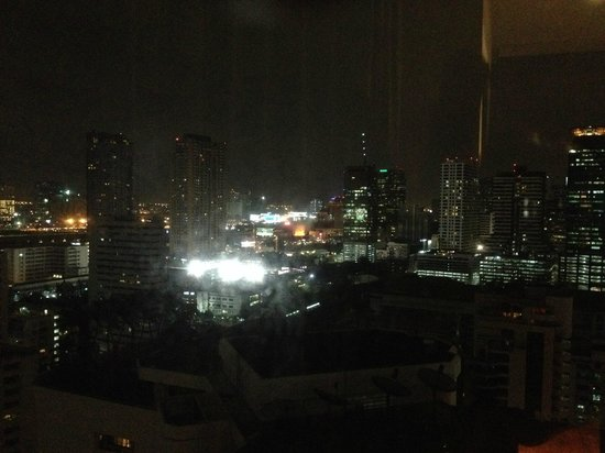 Fraser Suites Sukhumvit: Night view from our bedroom window