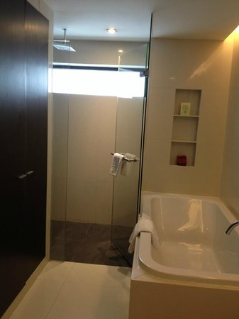 Fraser Suites Sukhumvit: Shower and tub