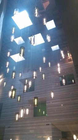 Le Meridien Zhengzhou : The Stunning 25 meter high Atrium and Latitude 34 bar