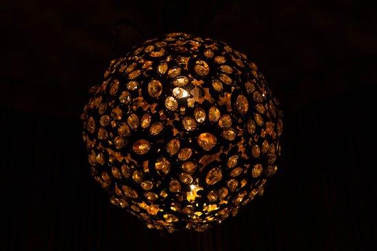 Aeetes Palace Hotel : светильник в коридоре
