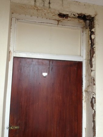 Belgrave House Hotel London Victoria : Bad Open Crack In Shared Bathroom Wall
