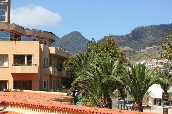 Dom Pedro Madeira: Вид на горы тоже из номера
