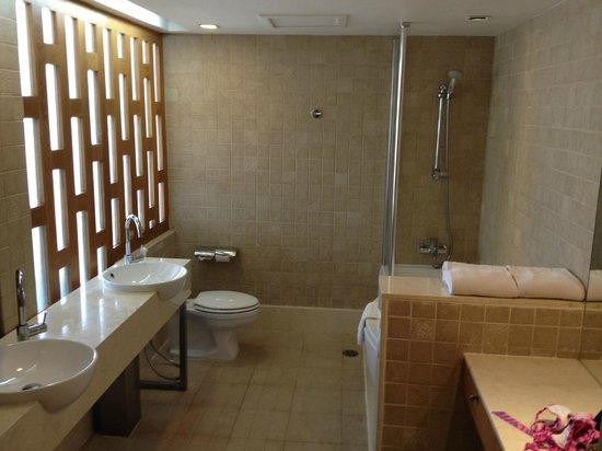The Royal Paradise Hotel & Spa: junior suite bathroom
