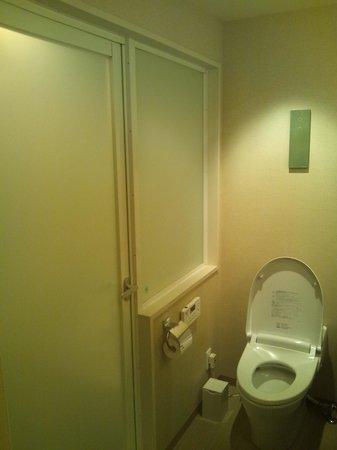 Hotel Toyota Castle: トイレ、バスルームと扉で仕切られています