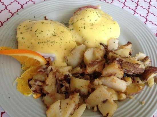 Tilly's Cafe & Bakery: Eggs Benedict - very nice.