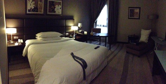 Sheraton Riyadh Hotel & Towers: Bed & work desk