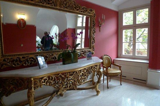 St. George Residence: Интерьер коридора отеля