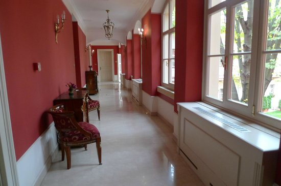 St. George Residence: Коридор отеля. Из него окна выходят во внутренний дворик.